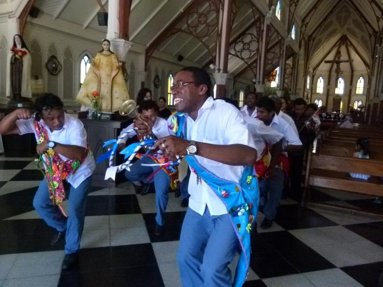 El grupo Atajo de Negritos bailó y sorprendió en la Catedral de San Marcos