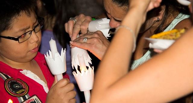Los colombianos en Santiago celebraron su tradicional «Día de las Velitas»
