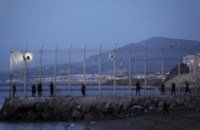Mueren 8 inmigrantes al intentar entrar a nado en Ceuta