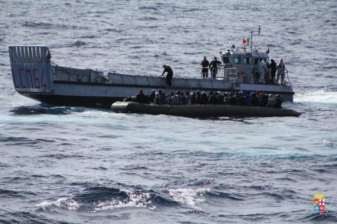 Marina italiana rescata a más de 1.100 inmigrantes en aguas próximas a la isla de Lampedusa
