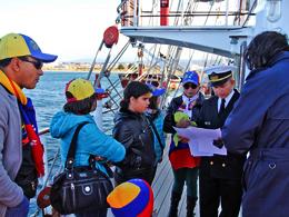 Venezolanos en Punta Arenas entregan carta solidaria en Buque Simón Bolívar y marinos