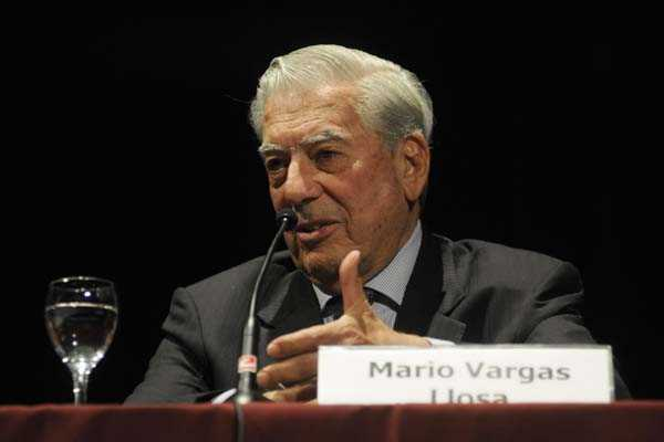 Vargas Llosa dice que Perú puede «salir de la barbarie» con Unión Civil
