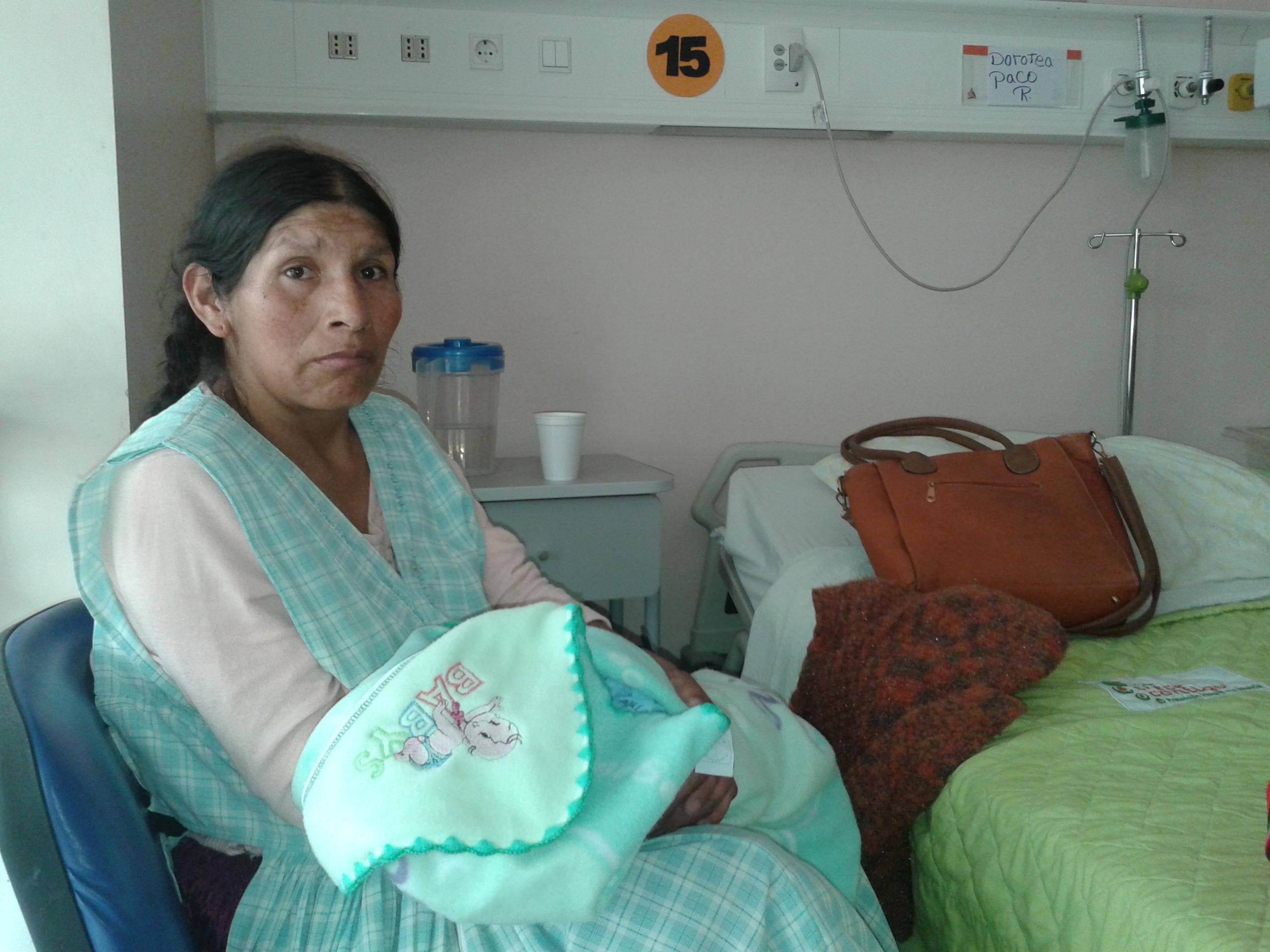 Investigarán hospital en Arica que retuvo durante cinco días a boliviana que dio a luz en el recinto