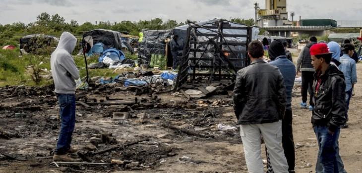 Policía francesa desmantela campamentos de migrantes en París y Calais