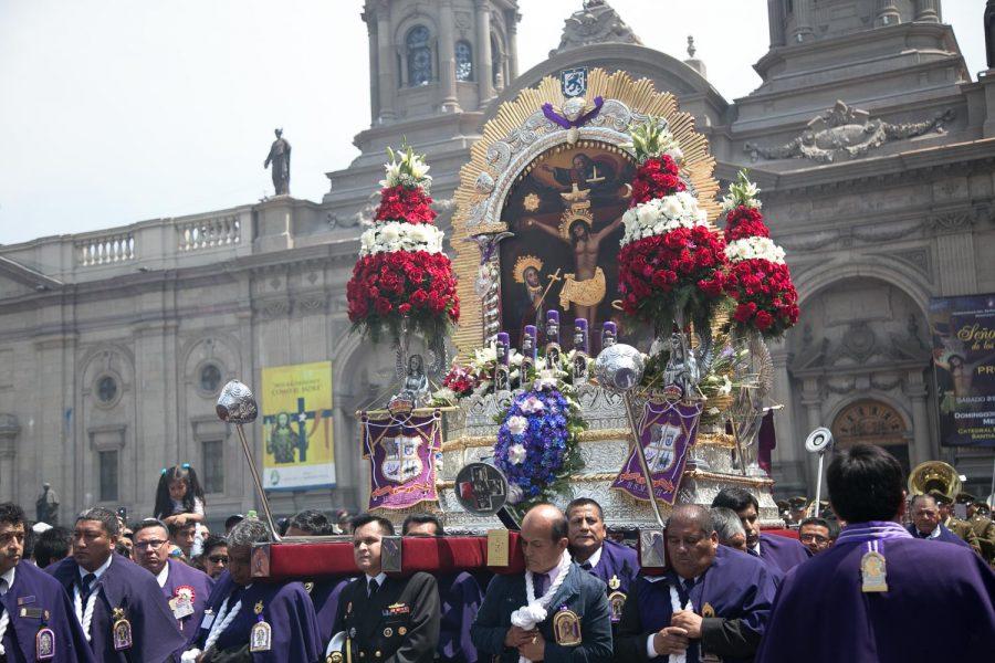 Miles de fieles, de diversas nacionalidades, celebraron en Santiago al Señor de los Milagros