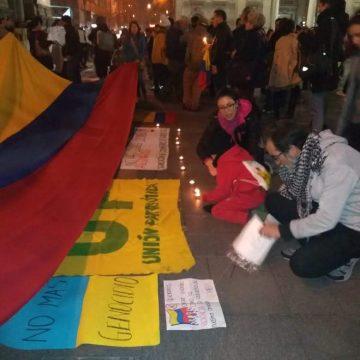 """En Santiago de Chile gritamos:  """"No más líderes asesinados en Colombia"""""""