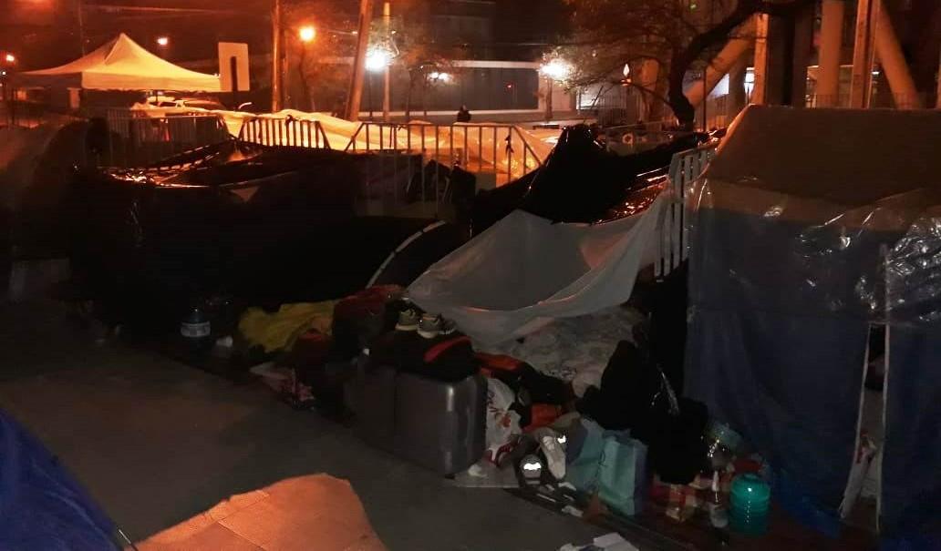 Peruanos acampan frente al consulado para volver a Perú