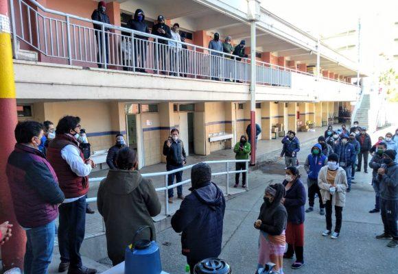 Municipalidad de Recoleta recibe en albergues a más de 700 bolivianos: exigen respuesta urgente al Consulado