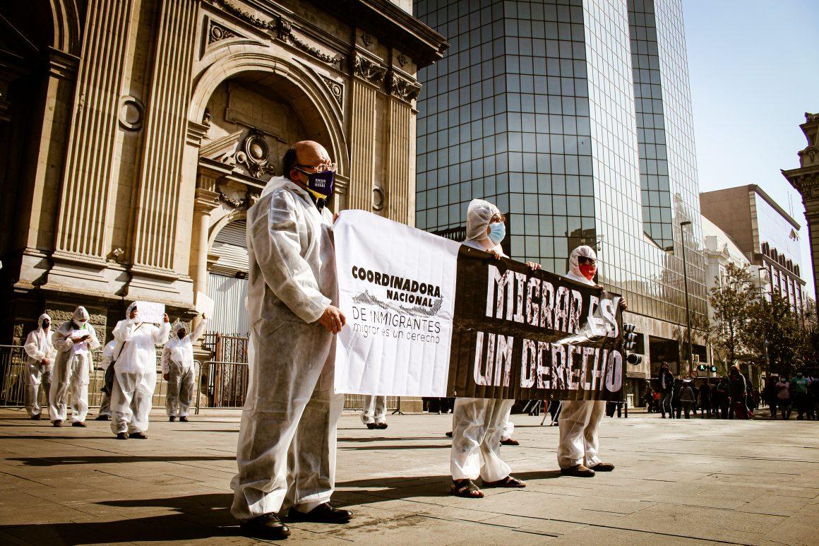 Movimiento migrante desarrolló intervención performática para rechazar expulsiones colectivas